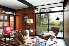 ambiance bois, bureau à domicile avec table en verre et bois flotté, fauteuil relax et baies vitrées