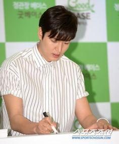 #Korea NEWS   Sports Chosun    29 June 2016 (Wed)   2:31 pm  #ActorLeeMinHo   #LeeMinHo   #KGC   #GoodBase   Fan Sign  #Autograph Session     [포토] 이민호, 날카로운 콧날 :: 네이버 TV연예