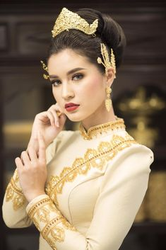 Cambodian Wedding Dress, Khmer Wedding, Thai Traditional Dress, Traditional Outfits, Thailand Fashion, Thailand Wedding, Wedding Costumes, Business Fashion, Asian Beauty
