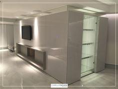 Finalizando a obra. | Sala de Estar + Lareira  #architecture #furniture #interiordesign #design #arquitetando #archilovers #homedesign #izabelapagani #izabelapaganiarquitetos #arqdesign #designdeinteriores #marcenaria #iluminação #assimeugosto #designporn #CFL #TheView #designseek #suvinil #arquiteturacontemporânea #kitchens #contemporâneo #homedecor #casaecia #contenporary #luxuryhomes #livingroom #saladeestar #instagood #decor