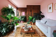 Living room with wood panel and pink ceiling Buy Living Room Furniture, Cozy Living Rooms, Living Room Interior, Living Room Decor, Lounge Decor, Target Home Decor, Pink Walls, Decor Styles, Outdoor Decor