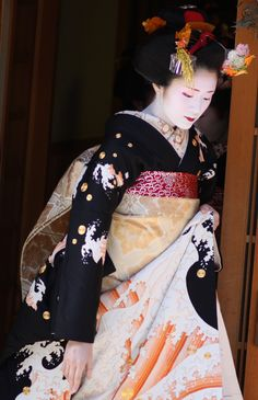 This orange wave-pattern is very popular for Misedashi in Pontocho. Miyagawacho sometimes have orange wave hikis as well But this particular Hiki belongs to the Komaya Okiya in Miyagawacho. This very special piece is worn for special occasions like new year, pictured here and Maiko-debuts (Misedashi).