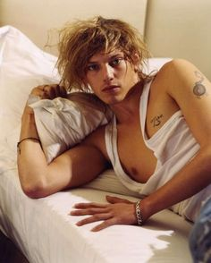 jamie-campbell-bower-sexy-icon.jpg (930×1160)