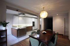 Separación de cocina y comedor con cortinas de cristal.