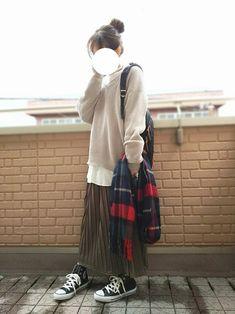 プリーツスカートでnoロールアッパー٩(๑•ε・๑)۶ ベージュのニット×ワイドスリーブの白シャツを