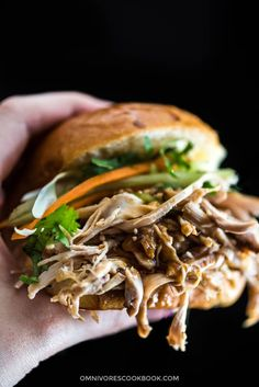 Slow Cooker Honey Garlic Chicken Sliders - Tender chicken, crunchy coleslaw and a delicious sweet savory sauce make these sliders finger-licking good! Healthy Slow Cooker, Slow Cooker Recipes, Crockpot Recipes, Chicken Recipes, Yummy Recipes, Asian Dinner Recipes, Asian Recipes, Chinese Recipes, Best Chinese Food