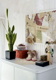 Eteisen ja makuuhuoneen välissä on pieni ja valoisa pukeutumishuone. Sen toisella seinällä on liukuovikaapisto ja toisella valkoiseksi maalattu 50-luvun kaappi. Kaapin päälle Sanna on tehnyt asetelman koruista ja kengistä. Seinällä on kollaasi Sannan edellisen kodin remontissa löytyneistä tapeteista ja sanomalehdistä.
