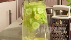 Tukožroutský elixír: necháme odstát do druhého dne Voss Bottle, Cucumber, Food And Drink, Health Fitness, Favorite Recipes, Smoothie, Fresh, Drinks, Cooking