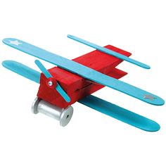 Pyykkipojasta ja puutikuista valmistettu lentokone.