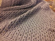 Manta de bebé con ochos fáciles / Baby Blanket with Eyelet Mock Cable Ribbing Knitted Afghans, Knitted Baby Blankets, Knitted Blankets, Easy Knit Baby Blanket, Baby Shawl, Baby Hat Knitting Pattern, Knitting Stitches, Knitting Needles, Afghan Patterns