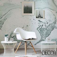O papel de parede traz textura e autenticidade ao décor, quebrando o uso de branco no mobiliário