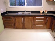 Amoblamiento de cocina en madera de cedro macizo combinado con aluminio, lustrado en tono de nogal