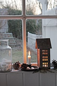 17 Lovely Christmas Window Decor Ideas to Jazz Up Those Glass Panes! Nordic Christmas, Christmas Love, Christmas Window Decorations, Table Decorations, Tin House, Vibeke Design, Advent Candles, Winter House, Winter Time