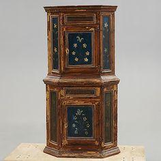 HÖRNSKÅP Allmoge, 1700-tal.  Målat. Två dörrar med bakomliggande hyllplan. Bredd 75, djup 49, höjd 131 cm. Nyckel finns.