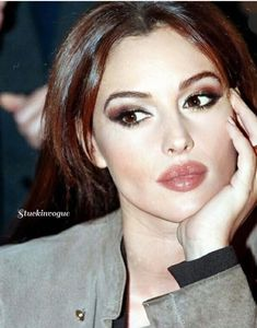 Monica Bellucci Makeup, Monica Bellucci Young, Monica Belluci, Italian Makeup, Anne Hathaway Style, Pretty Makeup, Makeup Looks, Jennifer Aniston Hot, Classy Aesthetic