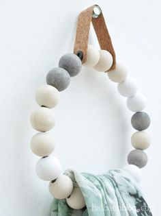 Schnelles Diy: Handtuchhalter Naturlich Auch Fur Schals Und Co. Aus Holzperlen I Selber Machen I Wood Beads I Holzkugeln I Kork I Korkstoff I Cork I Cork Fabric I Scandinavian Deko Diy Diy Throws, Diy Throw Pillows, Wood Bead Garland, Beaded Garland, Cork Fabric, Diy Décoration, Diy Interior, Wooden Beads, Diy Furniture