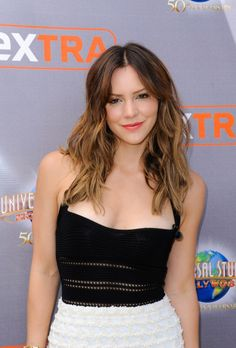 Katharine McPhee - On the Set of Extra in Universal City, April Katharine McPhee Style, Outfits and Clothes. Salma Hayek Hair, Beautiful People, Beautiful Women, Actrices Sexy, Katharine Mcphee, Christina Ricci, Christina Applegate, Casual Hairstyles, Gal Gadot