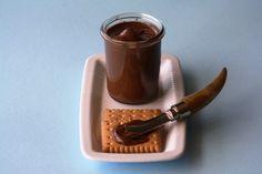 NUTELLA FATTA IN CASA   60 grammi di nocciole, 100 grammi di cioccolato fondente, 100 grammi di zucchero, 70 grammi di burro e 100 ml di latte, ingredienti del tutto naturali.    Prendete le nocciole e tostatele nel forno, poi sbriciolatele con cura fino ad ottenere una polverina che servirà per non far diventare la crema troppo granulosa, usate un mixer.  Successivamente, aggiunget...