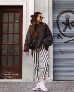 Perfect spring look | Striped pants | White All Stars | Sweater | Inspo | More on fashionchick.nl