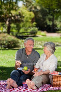 casal de idosos um piquenique no jardim - Imagem Stock: 10849147