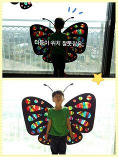 >>>270 재료:두께감있는 검정색도화지(전2절지에 큰나비 했어횸!) 셀로판지.딱풀.가위 ▫검정색도화지를 반으로 접어서 나비 날개를 그린후 무늬를(오릴부분) 맘가는데로 그려주세요. ▫반접은 상태에서 나비 무늬를 오려주세요^^ ▫뒤로 뒤집어서 셀로판지를 아이와 함께 딱풀로 붙여주세요~(셀로판지 대신 한지도 좋아요-♡) ▫거실 창에 나비를 붙이고 아이과 빛감상 해보아요^^ 빛이 거실에 들어오면 알록달록 예쁜나비가 집으로 놀러와요-♡초코도 맘에 드나보아요 ㅎㅎ 흰색 종이를 나비빛에 대고 보면 좀더 선명하게 볼수있지요^^ 하람이와 함께 만든 나비를 거실창에 붙였더니 생각보다 너무 예뻐서 더 큰사이즈로(전지) 만들어서 아이 등위치에 맞게 붙인후 포토존을 만들었어요^^ 나중에 친구들 놀러오면 찍어줘야 겠어요 ㅎㅎ 더듬이 위치 잘못 잡아서 다시붙이고 ㅎㅎ 하람군 하도 까불대서 겨우 하나 건짐요;; (나머진 심령사진요~>.< ) 뒤늦게 집에온 가온양 점퍼차림으로 거...