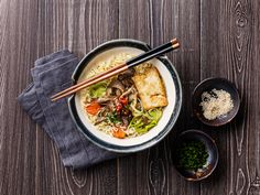 Diese japanische Nudelsuppe schmeckt hervorragend, ist sättigend und außerdem gesund. Mit wenigen Handgriffen ist die Suppe gemacht - von der Sie nur keinen Nachschlag nehmen können, weil Sie schon so satt sind.
