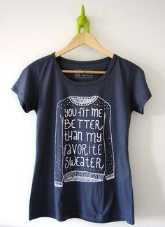 Camiseta Blue Jeans, Lana Del Rey. You fit me better than my favorite sweater. À venda na loja online da Melancia Quadrada!
