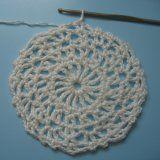 Letní krajková čepice | Mimibazar.cz Charts, Crochet Earrings, Crochet Hats, Fashion, Breien, Knitting Hats, Moda, Graphics, Fasion