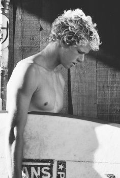 makes me want to surf more (; Surfer Guys, Soul Surfer, Pretty People, Beautiful People, John John Florence, Just Dream, Beach Hair, Cute Guys, Surfing