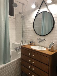 salle de bain - meuble retro - carrelage metro - miroir rond