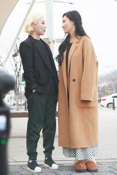 Wheei e Hwasa Kpop Girl Groups, Korean Girl Groups, Kpop Girls, Wheein Mamamoo, Look Boho, Me As A Girlfriend, K Idols, South Korean Girls, Girl Crushes