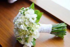 Ramo de novia en blanco estilo bouquet con hortensias, rananculus y freesia…