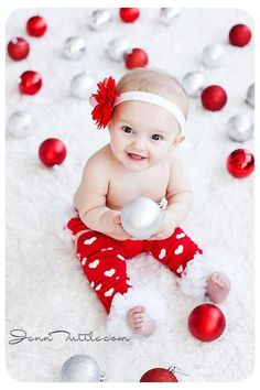 Christmas Pictures for Babies - Best Ideas for DIY Baby's First Christmas Photos. Looking for ideas of Christmas pictures for babies? Create your most adorable memories while your baby's first Christmas photoshoot ever!