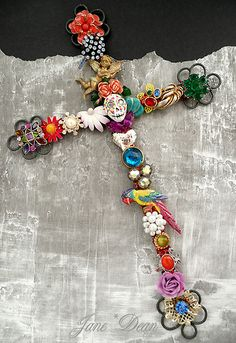 Embellished with salvaged vintage jewelry parts, glitter and a handmade skull. Mexican Crafts, Mexican Folk Art, Mexican Style, Mexican Skulls, Day Of The Dead Diy, Day Of The Dead Party, Jewelry Crafts, Jewelry Art, Vintage Jewelry