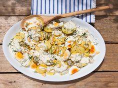 Kartoffelsalat aus dem Norden bekommt seinen typischen Geschmack durch Mayonnaise und Cornichons. Kerstin verrät ihr Lieblingsrezept.