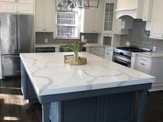 Kitchen Living Rooms Quartziano Ultimate Countertop Surface calacatta classic quartz 558001 - Remodel your kitchen with beautiful, durable Quartziano Ultimate Countertop Surface New Calacatta White Quartz Kitchen stone at Kitchen Zip. Visit us today! Kitchen Countertop Materials, New Kitchen Cabinets, Kitchen Sink, Condo Kitchen, Rooster Kitchen, Ranch Kitchen, Kitchen Storage, Apartment Kitchen, Kitchen Organization