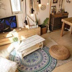 西海岸のような雰囲気の家具やインテリアが並ぶワンルームのお部屋。海風がお部屋の中に入り込んできそうですね。ラグも小さめのものを選べばお部屋が狭くなりません。
