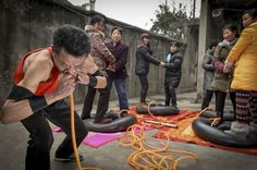 Bizarre Things That Happened In 2014 ~ Nie Yongbing inflates tires using his nose as people stand on them in Chengdu, Sichuan province, Jan. Nie inflated four tires bearing the weight of eight adults in 21 minutes during a performance at his home. Weird Stories, Funny Stories, Wtf Moments, Police Detective, Vicks Vaporub, Weird News, Chinese Man, Man Child, How To Stay Awake