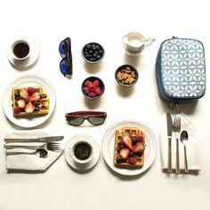 <Breakfast goals> Bolso bandolera Leo Azul con estampado inspirado en las baldosas hidraulicas de Sanyuri. - Gafas de sol rojas de Rayban y gafas de sol azules de Hawkers.