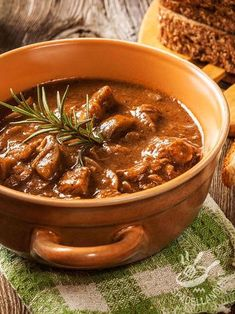 Gulash piccante Excellent for the whole family but also suitable to be served in a more formal dinner, the spicy goulash is a must for good food. Mexican Food Recipes, Italian Recipes, Beef Skillet Recipe, Queens Food, Veal Recipes, Xmas Food, International Recipes, Seafood Dinner, Good Food