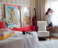 O arquiteto Mauricio Arruda fez um aparador na lateral da cama que dá apoio para o violão e os cartazes do Coletivo Amor de Madre. Na foto, a moradora Alessandra Pinheiro