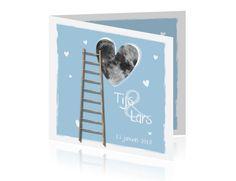 LOVZ 4 War Child  - hip - tweeling geboortekaartjes  - jongens - witte kader rondom - maan in  hart vorm - houten ladder - speelse hartjes