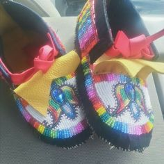 Turquoise where white is. Other colors around perimeter Powwow Beadwork, Native Beadwork, Native American Beadwork, Beaded Shoes, Beaded Moccasins, Beaded Purses, Toddler Moccasins, Baby Moccasins, Indian Crafts