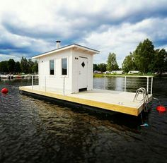 Floating sauna. Bastuflotte modell Juni. Bastu för livsnjutare. Pontoon Boat Party, Portable Sauna, Shanty Boat, Floating Homes, Deck Storage, Houseboats, Saunas, Tiny House Design, Tiny Houses