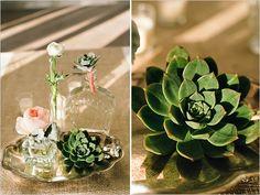 Uma delicada combinação entre a simplicidade e o glamour com flores e brilhos