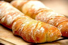 Snoede italienske flutes - grundopskrift via Artisan Bread, Bread Baking, Hot Dog Buns, Bread Recipes, Baked Goods, Recipies, Brunch, Food And Drink, Desserts