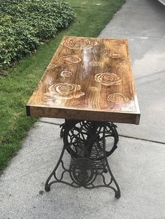 Antique Sewing Machine Table, Old Sewing Tables, Diy Sewing Table, Antique Sewing Machines, Diy Wooden Projects, Wooden Diy, Portable Kitchen Island, Wood Table Design, Timber Table