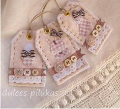 I couldn't find the pattern for these tags, but I love the idea - on dulces pilukas at http://dulcespilukas.blogspot.com.es/