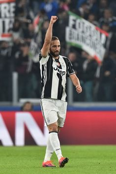 Juventus' forward Gonzalo Higuain (L) celebrates after scoring a penalty during the UEFA Champions League football match Juventus vs Olympique Lyonnais on November 2, 2016 at the Juventus stadium in Turin.  / AFP / GIUSEPPE CACACE