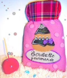 jolie bouillotte eau femme, polaire rose avec pompons et religieuse. http://meilleurs-createurs.blogspot.fr/2016/09/bouillotte-originale-avec-housse-pull_19.html#more